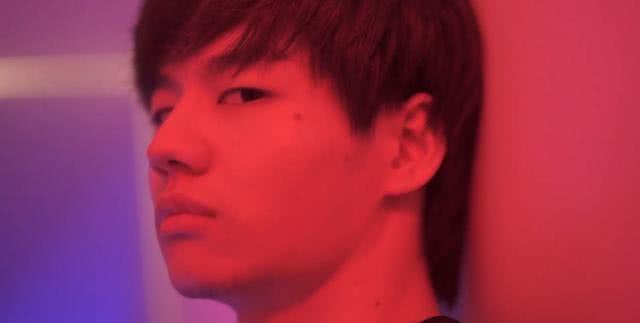 LOL小龙堡成官方认证猛男担任MV男主角爆头姿态英俊逼人
